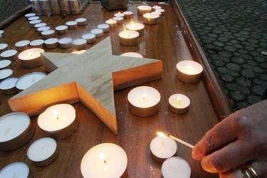 Simpertschule, Adventsmarkt; jeder Besucher konnte am Eingang eine Kerze entzünden